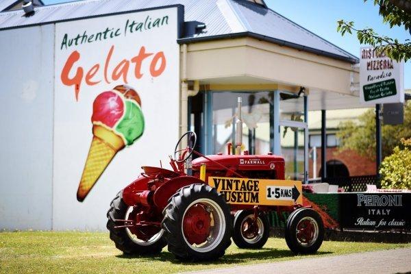 Ancien tracteur devant restaurant
